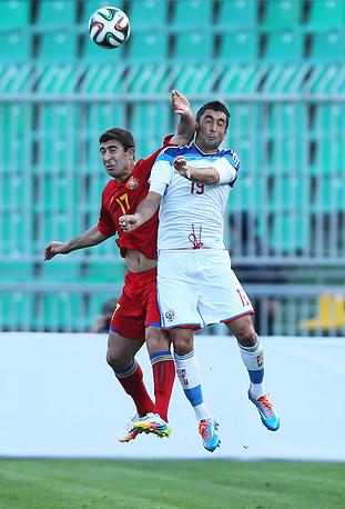 Игроки сборных Армении Артак Едигарян и России Александр Рязанцев (слева направо)