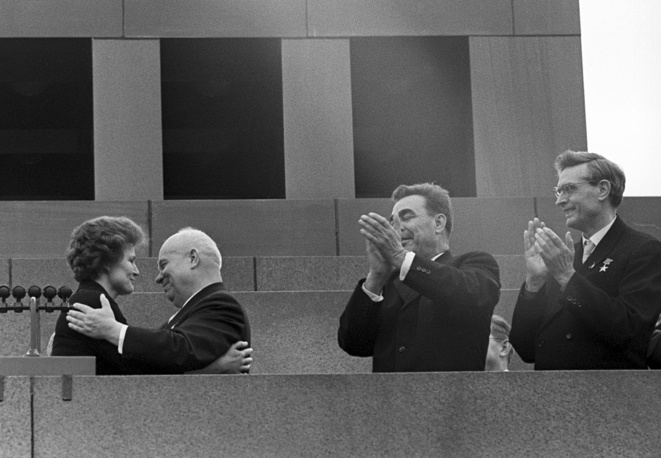 Красная площадь. Первая женщина-космонавт В.В.Терешкова, 1-й секретарь ЦК КПСС Н.С.Хрущев, члены Президиума ЦК КПСС Л.И.Брежнев и М.А.Суслов (слева направо) на трибуне Мавзолея. 1963 год