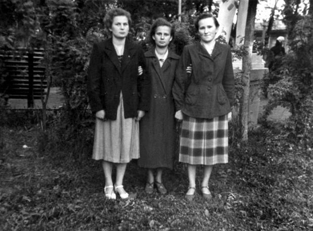Валентина Терешкова, ее сестра Людмила и подруга Галина Марзаева в годы учебы в техникуме. 1956 год