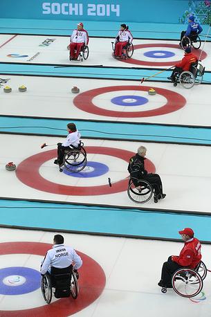 Матч кругового турнира между сборными командами Финляндии и России в соревнованиях по керлингу на колясках