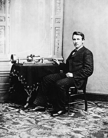 Томас Эдисон с изобретенным им фонографом. 1878 год