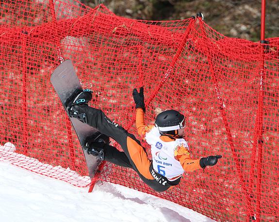 """Голландская спортсменка Лиза Буншотен во время соревнований по сноуборд-кроссу в категории """"стоя"""""""