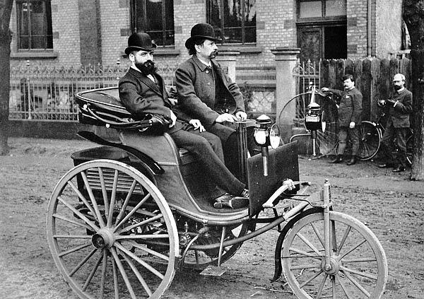 Готлиб Даймлер и инженер Йозев Брех в 1886 году