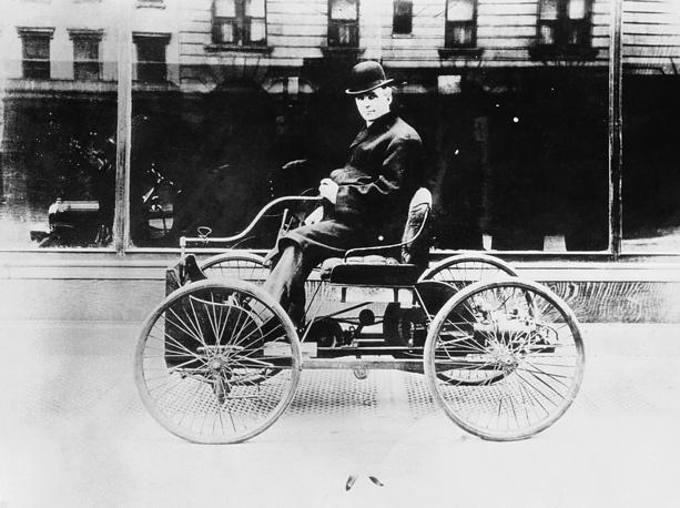 Генри Форд на своем первом автомобиле