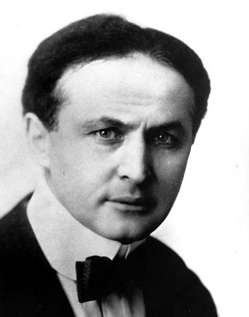 С юных лет Гудини увлекался магией и показывал фокусы в американских кабаках. В 1892 году он сменил имя Эрих Вайс на псевдоним Гарри Гудини в честь своего кумира, французского иллюзиониста Жана Робера-Гудена