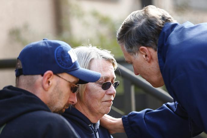 Губернатор Вашингтона Джей Инсли разговаривает с жителями города Осо, пострадавшими от оползня
