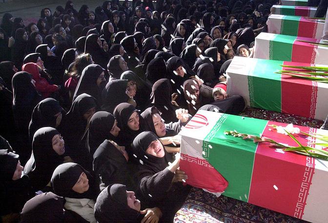 19 февраля 2003 года около г. Керман (Иран) при полете в сложных метеоусловиях врезался в гору военно-транспортный Ил-76МД, принадлежавший Корпусу стражей Исламской революции. Погибли 275 человек. На фото: похороны погибших в авиакатастрофе