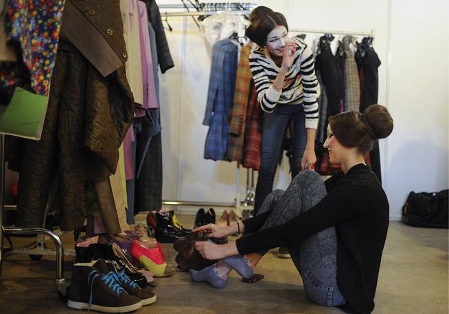Модели во время подготовки к показу на Mercedes-Benz Fashion Week Russia