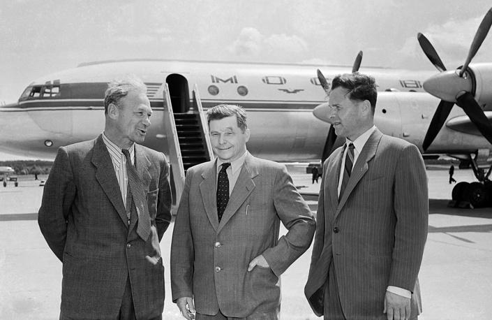 В 1943 году Сергей Ильюшин начинает проектировать пассажирский самолет на 27 мест. На фото: летчик-испытатель Владимир Коккинаки, генеральный конструктор Сергей Ильюшин и главный конструктор Виктор Бугайский (слева направо) у самолета ИЛ-18, 1957 год