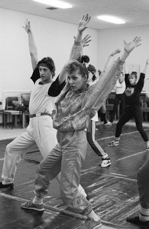 "Лайма Вайкуле репетирует концертную программу с артистами балета ""Лайма"", 1988 год"