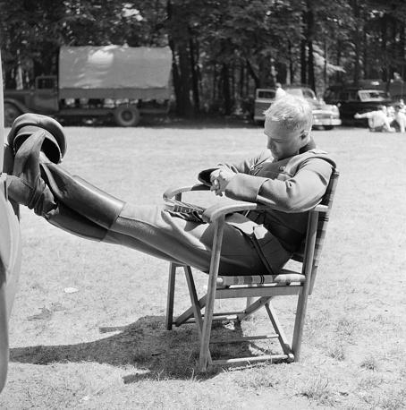 """Брандо входит в список ста наиболее влиятельных людей XX века по версии журнала Time. На фото: Марлон Брандо отдыхает на съемочной площадке фильма """"Молодые львы"""", 1957 г."""