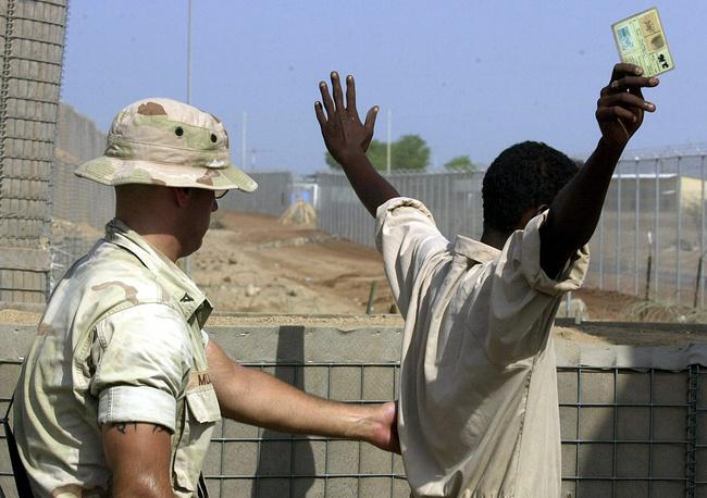 С 2008 года НАТО участвует в операциях у берегов Африканского Рога. Военный НАТО обыскивает рабочего, Джибути, Африканский Рог, 2003 год