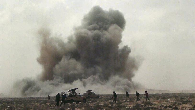 """В 2011 году НАТО проводит операцию """"Объединенный защитник"""" в Ливии. Авиаудар НАТО близ города Брега, Ливия, 7 апреля 2011 года"""