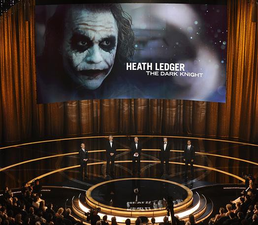 """Хит Леджер был удостоен почти всех наград, на которые был номинирован за роль Джокера в фильме """"Темный рыцарь"""", включая """"Оскар"""", премию Гильдии киноактеров США, """"Золотой глобус"""", BAFTA. Актер был удостоен премий посмертно. На фото: присуждение премии """"Оскар"""" за лучшую мужскую роль второго плана в фильме """"Темный рыцарь"""" (посмертно), 2009 год"""