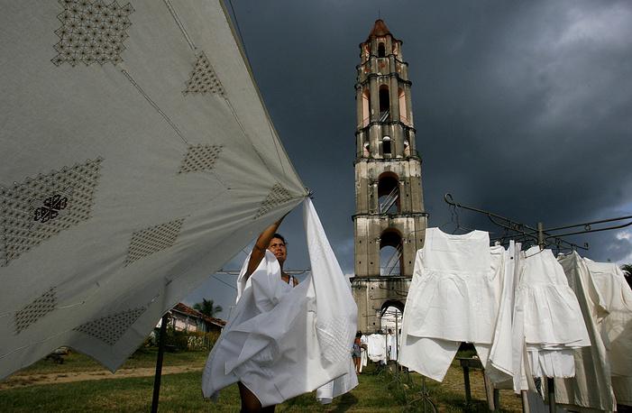 Город Тринидад знаменит памятниками архитектуры, сохранившимися с колониальных времен. Его окружают сахарные заводы и плантации, период расцвета которых приходился на XVIII век. На фото: смотровая башня Иснага недалеко от Тринидада