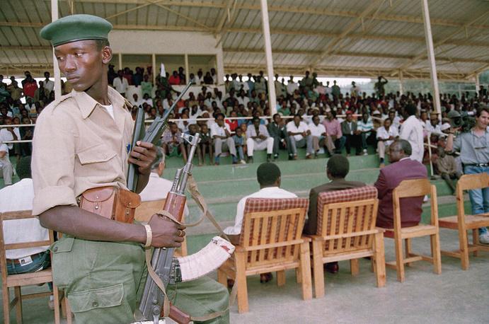 Вскоре при участии Организации африканского единства и миссии ООН по оказанию помощи Руанде было подписано соглашение о формировании переходного правительства национального единства, в котором большинство постов заняли тутси, а президентом Руанды стал Пастер Бизимунгу (хуту). На фото: боец Руандийского патриотического фронта во время встречи постанческого правительства с делегацией хуту, август 1994 года
