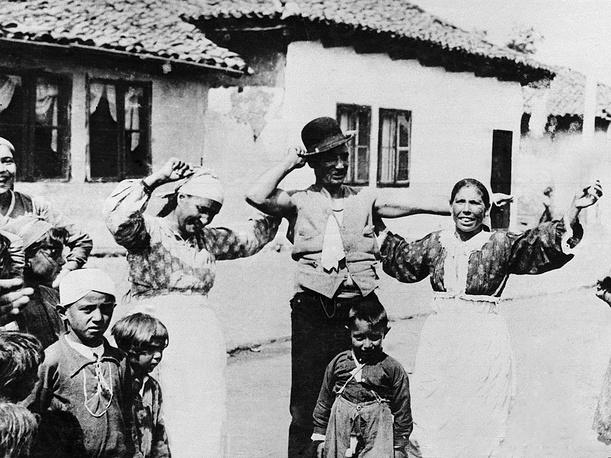 Первые мигрантские волны цыган из Индии распространились на территорию Византии, из них впоследствии сформировались европейские анклавы. На фото: цыганская семья в Софии, Болгария, 1936 год