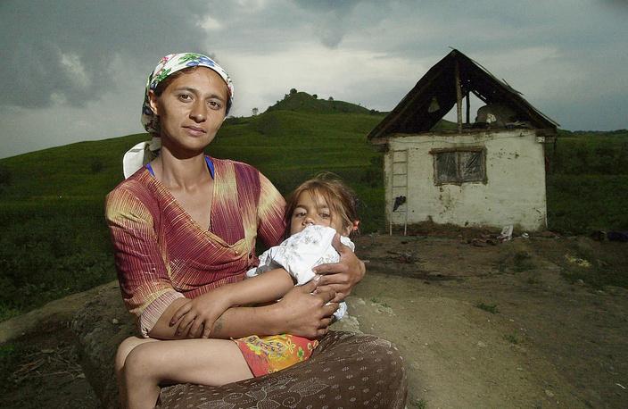 В цыганской общине существует культ семьи, а главная ценность для женщины – рождение и воспитание детей. Без них женщина считается несостоявшейся личностью. На фото: цыганка с ребенком, Румыния, 2003 год
