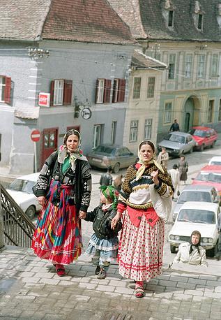 Одежда цыганок очень колоритна. Как правило, женщины носят юбки и платья в пол, а также надевают многочисленные украшения. На фото: цыганки в Румынии, 1993 год