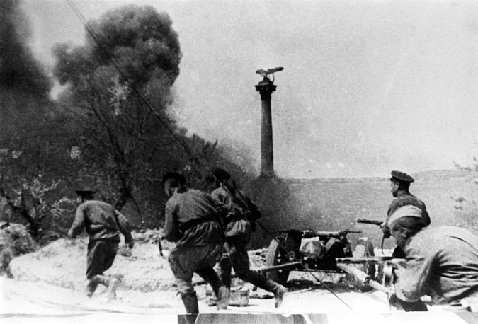 9 мая 1944 года город был освобожден, 12 мая капитулировали последние немецкие войска в Крыму, оборонявшиеся на мысе Херсонес. На фото: последние минуты боя на Приморском бульваре города в день освобождения Севастополя
