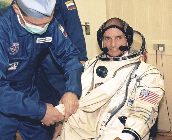 """Первого космического туриста Денниса Тито доставил на МКС корабль """"Союз ТМ-32"""". Старт состоялся 28 апреля 2001 года. Турист находился на МКС с 30 апреля по 6 мая 2001 года, выполнял обязанности оператора систем. Тито заплатил за полет $20 млн"""