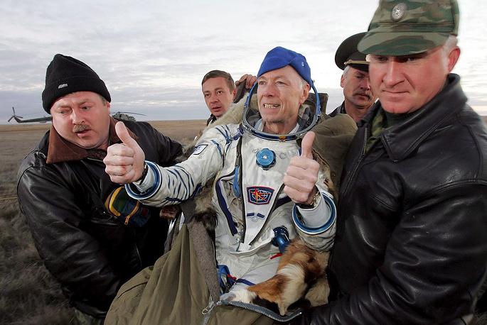 """Грегори Олсен (США). Третий турист на МКС. Доставлен """"Союзом ТМА-7"""". На МКС был с 3 по 11 октября 2005 года. Заплатил за полет $20 млн. Провел на МКС несколько научных экспериментов, в частности опыты по выращиванию кристаллов в условиях микрогравитации"""