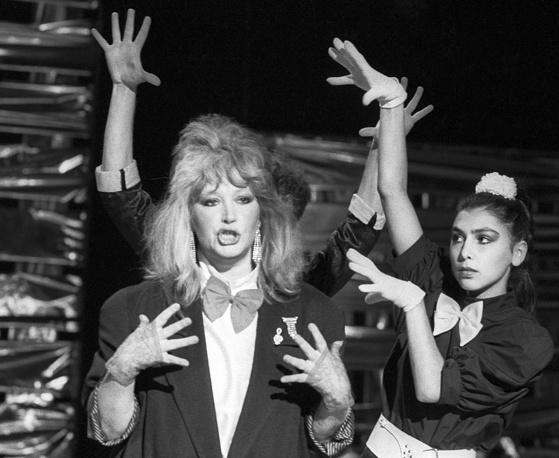 """Алла Пугачева во время съемок телевизионной передачи """"Новогодняя ночь"""", 1986 год"""