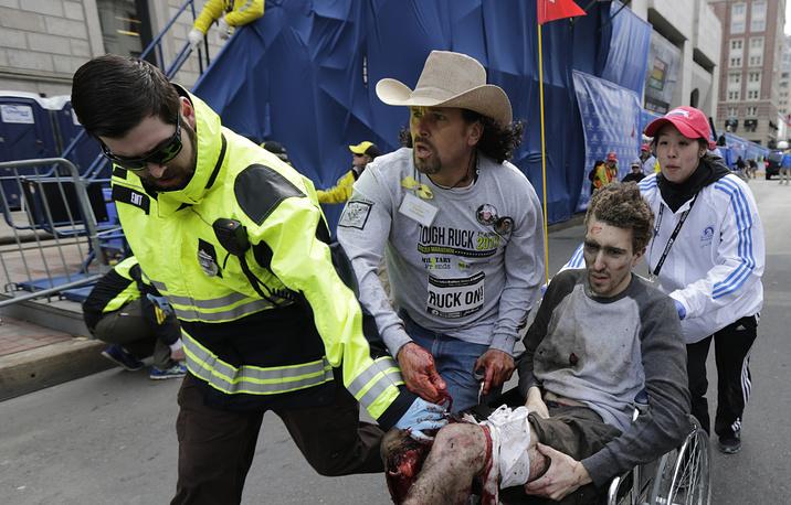 Первый взрыв раздался спустя примерно три часа после того, как первые участники марафона пересекли финишную черту. Через несколько секунд прогремел второй взрыв