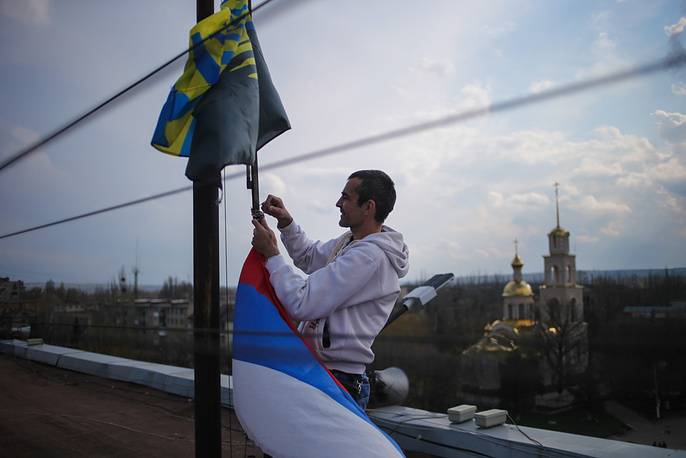 Над зданием горадминистрации устанавливают российский флаг