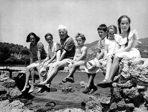 Уна О`Нил - четвертая жена Чарли Чаплина. Она была младше артиста на 36 лет. У пары было трое сыновей и пять дочерей. На фото: Чарли Чаплин со своей семьей на мосту возле виллы на Французской Ривьере. Слева направо: жена Чаплина Уна, дочь Джеральдина, Чарли Чаплин, Юджин, Майкл, Виктория и Джозефина