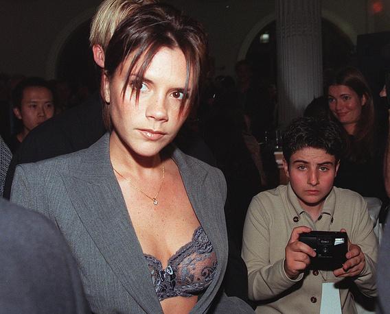 В составе поп-группы Spice Girls Бекхэм была известна как Posh Spice. На фото: Виктория Бекхэм, 1998 год