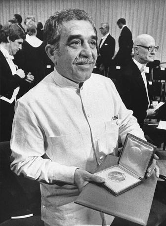 В 1982 году Маркесу была присуждена Нобелевская премия по литературе. Он стал первым колумбийцем, получившим эту награду. На фото: Габриэль Гарсиа Маркес после награждения Нобелевской премией по литературе в Стокгольме, 1982 год