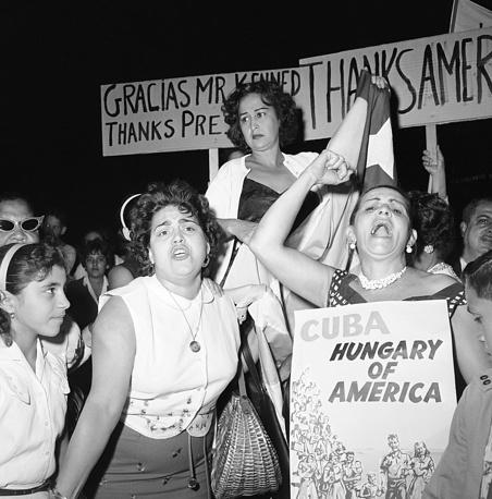 Кубинские эмигранты на митинге против Фиделя Кастро в Майами, 19 апреля 1961 года