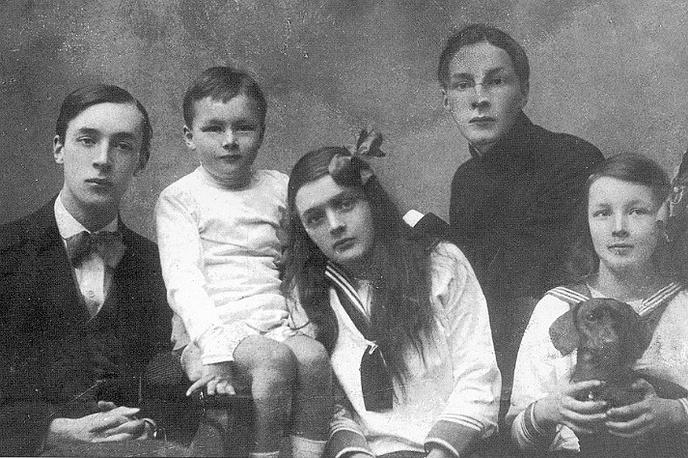 Владимир Набоков (крайний слева) с братьями и сестрами, 1918 год