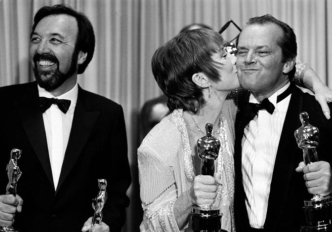 """Режиссер фильма """"Язык нежности"""" Джеймс Брукс с актерами Ширли Маклейн и Джеком Николсоном на 56-й церемонии премии """"Оскар"""", 1984 год"""