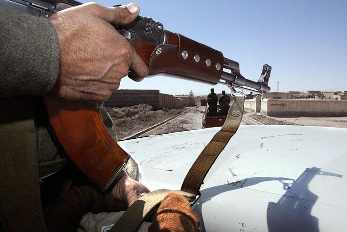 После начала в 2001 году международной антитеррористической операции в Афганистане Карзай находился на юге страны, где пытался заручиться поддержкой местных племен в борьбе против режима талибов. На фото: афганские военные патрулируют юго-восток страны
