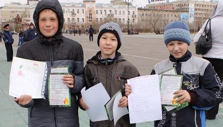 С просьбой сохранить лес к читинцам в рамках акции обратились и школьники