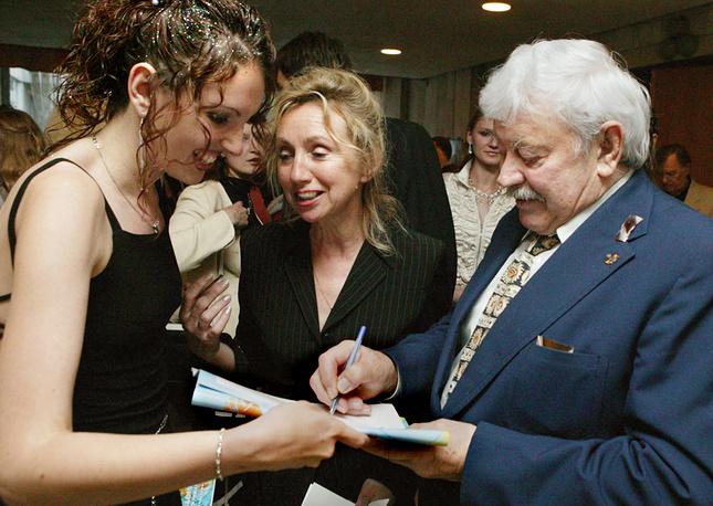 """Донатас Банионис дает автографы на кинофестивале """"Балтийские дебюты"""", 2004 год"""