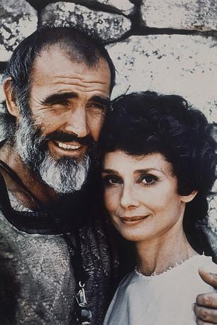 """С 1967 года Хепберн редко снималась в кино. Она предпочла карьере семью. После долгого перерыва актриса согласилась на роль в фильме """"Робин и Мэриан"""". На фото: Шон Коннери и Одри Хепберн в фильме """"Робин и Мэриан"""", 1976 год"""