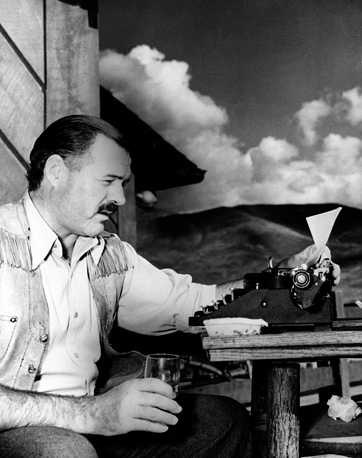 Американский писатель, лауреат Нобелевской премии по литературе (1954) Эрнест Хемингуэй в своем доме в городе Кетчум в штате Айдахо, 1939 год. Здесь он покончил жизнь самоубийством, застрелившись 2 июля 1961 года