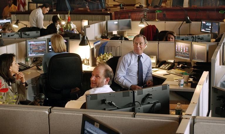 Мэр Нью-Йорка Майкл Блумберг на рабочем месте в в здании городского совета, 2002 год. После избрания в должности мэра Блумберг решил отказаться от личного кабинета и работает в общем открытом пространстве