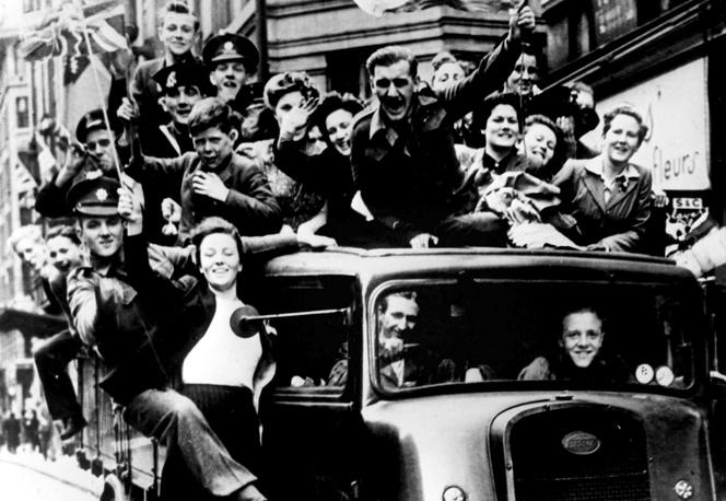 Жители Лондона празднуют День Победы над фашизмом, 8 мая