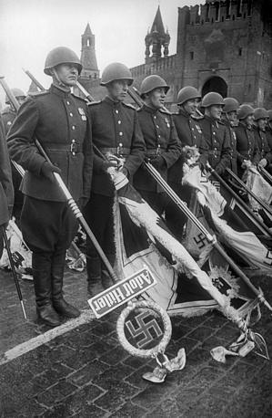 Советские воины с захваченными у немецких войск знаменами во время Парада Победы на Красной площади, 24 июня