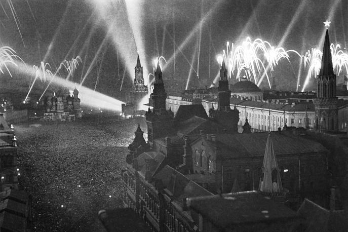 9 мая 1945 года в ознаменование победы над фашистской Германией в Москве был дан особый салют: 30 артиллерийских залпов из 1 тыс. орудий, сопровождавшихся перекрестными лучами 160 прожекторов и пуском разноцветных ракет. На фото: салют Победы в Москве, 9 мая 1945 года