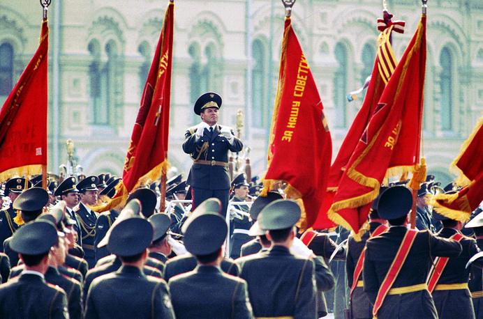 С 1995 года парады в честь Дня Победы проводятся на Красной площади ежегодно. На фото: генерал-майор Виктор Афанасьев дирижирует сводным военным оркестром