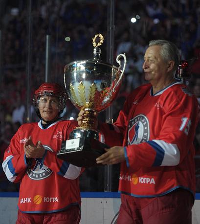 Путин и президент НХЛ Александр Якушев на церемонии награждения по окончании гала-матча