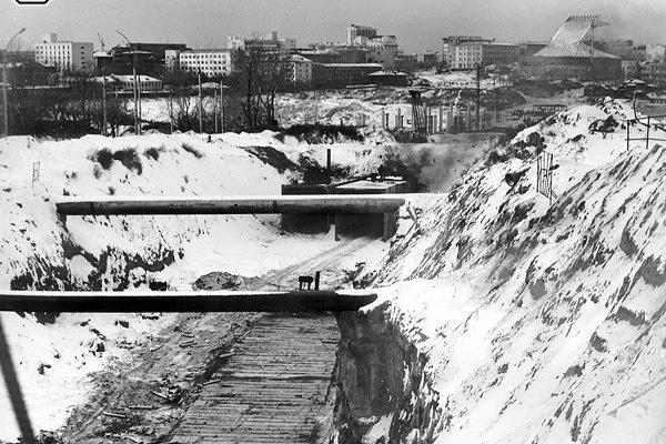 В 1979 году были начаты работы на котлованах будущих станций «Октябрьская», «Площадь Ленина», «Студенческая».