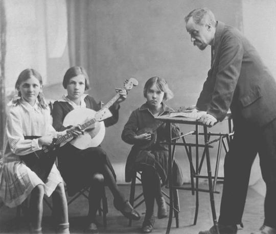Одни из первых учеников музыкальных классов в Ярославле, Россия, 1904 год