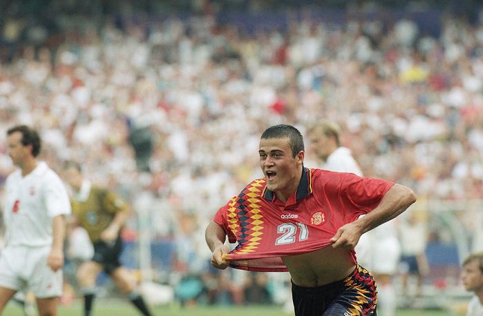 Испанский полузащитник Луис Энрике во время матча чемпионата мира по футболу, 1994 год