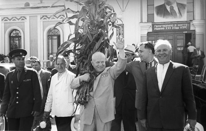 Председатель Совета Министров СССР Никита Хрущев, председатель Совета Министров УССР Владимир Щербицкий и первый секретарь ЦК КП Украины Николай Подгорный (слева направо), 1962 год